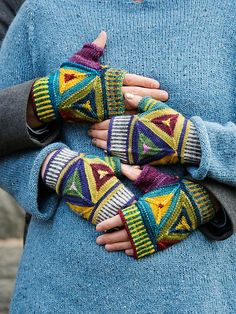 Ravelry: Eva pattern by Tiina Kaarela Fingerless Mittens, Knit Mittens, Knitted Gloves, Knitting Socks, Hand Knitting, Knitting Patterns, Knitting Videos, Wrist Warmers, Hand Warmers