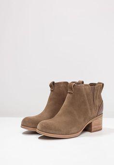 Schoenen Clarks MAY PEARL DASY - Korte laarzen - olive Taupe: € 129,95 Bij Zalando (op 1-11-17). Gratis bezorging & retour, snelle levering en veilig betalen!