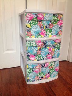 Painting Lilly on ugly plastic drawers, perfect for camp! Painting Lilly on ugly plastic drawers! Could even just paint one color, chevron, etc. Painting on plastic drawers! Or tape colored paper to the inside =)i should modg podg my plastic shelving Plastic Dresser, Plastic Shelves, Plastic Drawers, Plastic Containers, Plastic Storage, Cute Crafts, Diy And Crafts, Toy Storage Bins, Storage Units