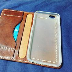 スマホケースの留め方が人それぞれでなぜかツボるww 私はココにもカード入れたいのでコの字。 #leather #手縫い #レザークラフト #スマホケース