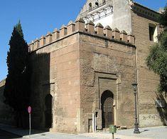 La Puerta de Córdoba, que en realidad es una Torre-Puerta, con disposición en recodo,