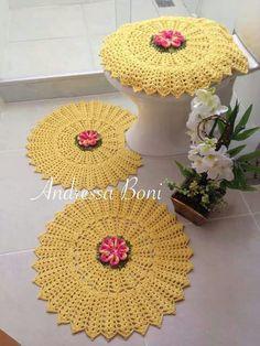 Gostei do tapete Crochet Decoration, Crochet Home Decor, Crochet Crafts, Crochet Projects, Crochet Borders, Crochet Flower Patterns, Crochet Stitches Patterns, Crochet Flowers, Crochet Mat