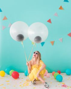 Giant Googly Eye Balloons (Oh Happy Day! Balloon Backdrop, Balloon Decorations, Balloon Ideas, Balloon Games, Baby Shower Balloons, Birthday Balloons, Monster Birthday Parties, Monster Party Games, Diy Photo Booth