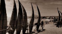 Huanchaco au Pérou et ses célébres caballitos de totora. Toutes vos photos de voyages dans un livre photo Picthema #voyage #évasion #Perou #photographie #noir #blanc