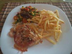 Óvári csirkemell zöldségekkel és sültkrumplival