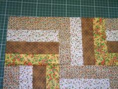Este tapete foi publicado na Revista Patchwork Passo a Passo da Ed. Casa Dois. Cortar tiras de 5,5 cm pelo comprimento do tecido (cort...