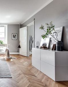 Grey home with a glass partition - parquet point de Hongrie