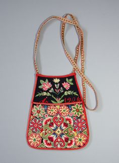 DigitaltMuseum - Kjolsäck. TILLVERKNINGSORT Sverige , Dalarna , Gagnef Scandinavian Embroidery, Swedish Embroidery, Scandinavian Folk Art, Embroidery Bags, Crewel Embroidery, Folk Clothing, Textiles, Folk Costume, Blue Bird