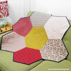 Tutorial: Giant Hexie Flower Lap Quilt - Really big English paper piecing. Templates to make large hexagons. The Zen of Making Quilting For Beginners, Quilting Tutorials, Quilting Projects, Quilting Designs, Diy Quilting, Sewing Tutorials, Sewing Ideas, Sewing Projects, Big Block Quilts