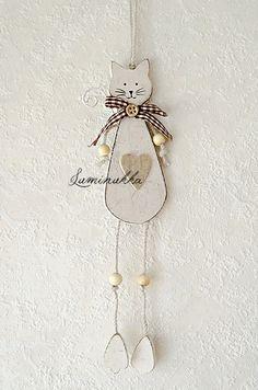 Valkoinen puinen kissariipus, kokonaispituus 35 cm // White wooden cat, total length 35 cm