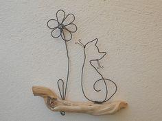 Petit chat et fleur en fil de fer recuit posés sur une branche de bois naturel. Petite perle dans le centre de la fleur. Dimensions : 15*15cm Sur commande. Temps de réalis - 19192462 Cat Crafts, Wire Crafts, Metal Crafts, Crafts To Make, Jewelry Crafts, Wire Wrapped Jewelry, Wire Jewelry, Sculptures Sur Fil, Wire Wall Art