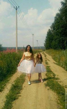 Купить или заказать Платье 'На радость' в интернет-магазине на Ярмарке Мастеров. Платье комплект 'На радость'. Платишки праздничные на радость маме и дочке. Комбинированные платья, где верх - это золотые пайетки, а низ - летящие облачко из фатина. Необычайно нежные и солнечные наряды. Украшая свой гардероб яркими вещами, мы не только создаем настроение, но и привносим радость в каждый наш день!! С любовью к каждому! Понравилась задумка?)) пишите и мы обсудим ваш заказ!!