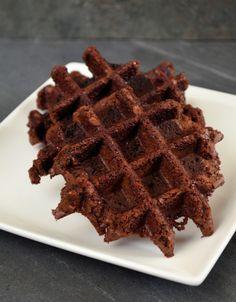 Brownie wafels zijn heel lekker en ook nog eens makkelijk te maken met een wafelijzer. Serveer met een bolletje ijs en karamelsaus als spectaculair dessert!