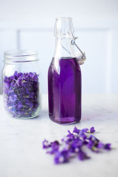 An easy recipe for Violet Simple Syrup- lovely in cocktails like a Violet infused French 75 - perfect for Mothers Day, Bridal Showers or… Flower Food, Wild Edibles, Diy Décoration, Edible Flowers, Simple Syrup, Food Gifts, French 75, Herbalism, Cocktails
