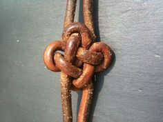 Making a variant of the square knot (directions are in French, but there are lots of helpful pictures)
