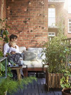 Space-saving ideas from an open-plan home – IKEA - All About Balcony Small Balcony Design, Small Balcony Garden, Small Balcony Decor, Small Patio, Apartment Balcony Decorating, Apartment Balconies, Ikea Foto, Ikea Portugal, Inspiration Wand