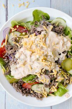 Der Low Carb Cheeseburger Salat mit Gurken, Tomaten, Hackfleisch, Zwiebeln und ein Weltklasse-Dressing ist eine tolle Low Carb Alternative zum Burger.