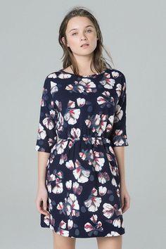 ANNAPOLIS DRESS Vestido con estampado floral con cuello barco y manga francesa. ajustado a la cintura por una goma 100% polyester Lavar a máquina máx 30o