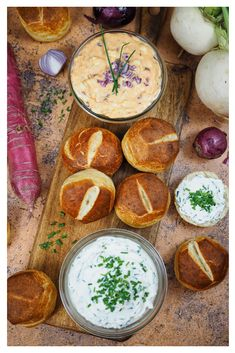 Lightning-fast homemade lye rolls & two Bavarian spreads: Obatzda & chive cream - - No Dairy Recipes, Clean Recipes, Healthy Recipes, Healthy Fruits, Healthy Food, Healthy Meals For Kids, Easy Meals, Eating Disorder Recovery, Snacks Für Party
