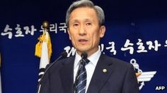 S Korean minister apologizes for undetected defection.  Mr Kim offered the apology at a press conference broadcast live on TV.  South Korea's Defence Minister Kim Kwan-jin has issued a formal apology over the defection of a North Korean soldier that border guards failed to spot.    The defector crossed the heavily-guarded border on 2 October and turned himself in to South Korean soldiers.