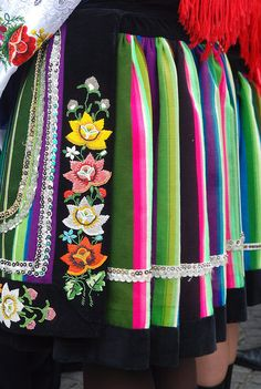 Folk Embroidery Ideas Polish folk costume from łowicz embroided with beads - Art Costume, Folk Costume, Folk Embroidery, Embroidery Patterns, Beaded Embroidery, Poland Costume, Polish People, Polish Folk Art, Costumes Around The World