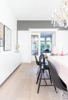 Kleur plinten kiezen wit Living Furniture, Wooden Flooring, Home Living Room, White Walls, Sweet Home, New Homes, Interior Design, Chair, House Styles