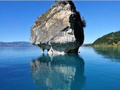 PATAGONIA Chilena. Cavernas de mármol en la Patagonia.  Esculpidas cuidadosamente por las aguas,las paredes de mármol forman un paisaje  único en el contraste con el azul del Lago Carrera. #viajes #travel #transeuromed2000 #patagonia #chile
