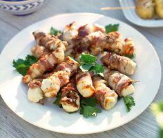 Enkelt, salt, knaprigt och gott. Den här lilla rätten är superenkel att göra och en given favorit! Linda halloumiost i bacon, grilla och njut. Smaksuccé!