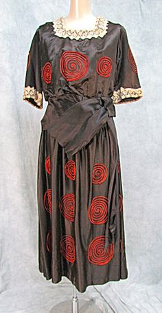 1920s dress Brown with the prettiest orange felt sewn in circles throughout the entire dress, front and back. Lovely lace trim on square neck and sleeve.