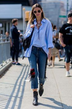 New York Fashion Week Street Style Day 3 - Image 8 Fashion Mode, Denim Fashion, Star Fashion, Fashion Pants, Fashion Trends, Minimal Fashion, Fasion, Look Street Style, New York Fashion Week Street Style