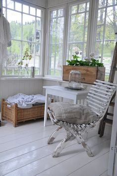 vintage sunporch white - painting the floors and interior shingles white for more light Cottage Porch, Cozy Cottage, Cottage Style, Beautiful Space, Beautiful Homes, Interior Exterior, Interior Design, Country Decor, Modern Country