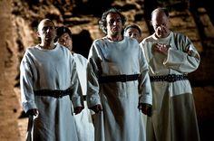 Dalla collina avanza un lungo corteo guidato da Papa Leone che gli ripete le parole del sogno.
