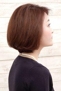 40代女性オーダー数No.1の髪型「ナチュラルボブ」 40代女性の悩みで多い「髪にハリコシが無く、ペタンコになりやすい髪質」をヘッドスパで頭皮と髪質を改善! カラーの繰り返しでパサつきやすい髪も、ウィービングカラーでダメージレスとツヤ感UP! 誰からも褒められるシンプルなボブを似合わせカットで扱いやすく♪ 【お顔を明るく見せるなら…】 お顔を明るく見せたいというお悩みから、パッと華やぐ印象を与えるまつ毛エクステをコーディネート。