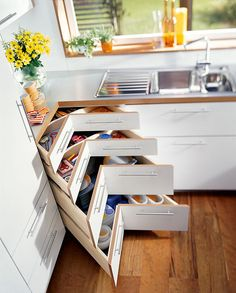 Шкафы для кухни (55 фото): функциональные, вместительные, стильные http://happymodern.ru/shkafy-dlya-kuxni-55-foto-funkcionalnye-vmestitelnye-stilnye/ Угловой напольных шкаф со специальными полками очень удобен в использовании