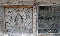 I ze staré skříně může být pěkný hmyzí obydlí. Stačí ji trochu ozdobit vrtačkou a vyplnit vhodnými stébly, slámou, bambusovými tyčinkami a dalším přírodním materiálem.