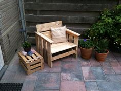 Lounge chair made from 1 disposable pallet