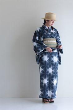 平成二十五年 夏 SOU・SOUの浴衣 Yukata Kimono, Kimono Fabric, Japanese Costume, Japanese Kimono, Traditional Kimono, Traditional Dresses, Japanese Outfits, Japanese Fashion, Ethnic Fashion