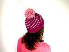 How to Loom Knit a Bicolor Mini Hearts Spiral Hat (DIY Tutorial). MORE VIDEO TUTORIALS HERE: . This step-by-step tutorial shows you how to loom knit a bicolor hat with a spiral of mini hearts using a 41 peg round loom. In this tutorial you will learn: - Loom Knitting Stitches, Loom Knit Hat, Spool Knitting, Knifty Knitter, Loom Knitting Projects, Knitting Videos, Crochet Hats, Loom Bands, Round Loom
