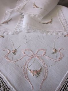 Bordado a mano Elisabetta Silk Ribbon Embroidery, Cross Stitch Embroidery, Embroidery Patterns, Hand Embroidery, Machine Embroidery, Shabby Style, Brazilian Embroidery, Linens And Lace, Heirloom Sewing