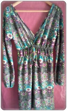 Vestido de manga larga con escote en pico. Presenta un ligero fruncido en el pecho y cintura en color liso que da forma a la prenda. Estampado de colores. Talla: M. 95% Viscosa, 5% Spandex - Manga: Larga http://www.aleko.kingeshop.com/Vestido-Escote-Pico-dbbacaaFb.asp