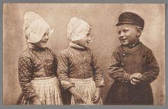 groepsportret; het thema van deze foto is groepsportret. dat kan je zien doordat er 3 mensen op staan. het hooft en de romp van de kinderen is te zien.