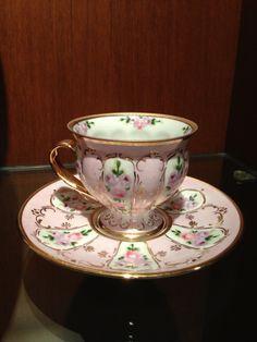 Šálek na čaj * růžový porcelán zdobený zlatem a malovanými růžičkami.