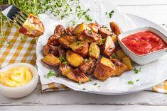 Patatas bravas – spanske tapaspoteter Kung Pao Chicken, Tapas, Spicy, Ethnic Recipes, Food, Essen, Meals, Yemek, Eten