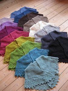 Klik på billedet, for at se et større billede Brooklyn Tweed, Claire Fraser, Into The Woods, Arabian Nights, Drops Design, Knitted Shawls, Outlander, Triangles, Plaid Scarf