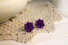 Pendientes de arcilla de polímero, joyas de flores hechas a mano, pendientes florales, postes de flor, pendientes pequeños, pendientes de color púrpura, rosa de arcilla de polímero.  Estos pendientes de flor de arcilla de polímero (postes) son muy bonitos y románticos. Son muy pequeñas, el tamaño es de unos 1,8 cm (0,71 pulg). El material que están hechas de es muy ligero, pero también es muy fuerte, por lo que sus pendientes no se romperá durante el uso.  Pendientes son plateados y no…