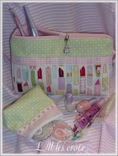 Tutorial for a cute make-up pouch.  sewing Diy Bags No Sew dfe7ed2642a49