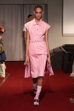 Symonds Pearmain Spring 2020 Ready-to-Wear Fashion Show - Vogue Catwalk Fashion, Fashion 2020, Fashion Trends, Women's Fashion, Vogue Paris, Pink Midi Skirt, Singer Fashion, Vogue Russia, Fashion Show Collection