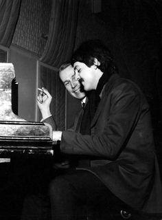 Avec Paul McCartney en 1966 Photo by David Graves/REX/Shutterstock (15887d) PAUL MCCARTNEY AND GEORGE MARTIN