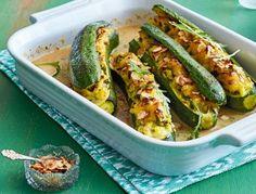 Das Rezept für Gefüllte Zucchini mit Kartoffel-Knoblauch-Püree und weitere kostenlose Rezepte auf LECKER.de