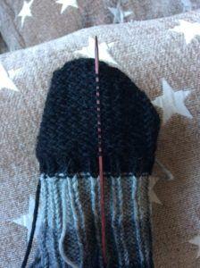 Pieniä apuja sukan neulomiseen - Puikot ja kerä lankaa Knitted Hats, Knitting, Fashion, Moda, Tricot, Fashion Styles, Breien, Stricken, Weaving